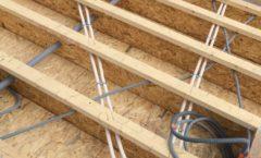 Dalle bois en construction après le passage du plombier et de l'électricien