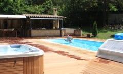 Terrasse en bois autour de piscine