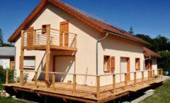 Maison en ossature bois - finition crépis et terrasse en bois