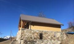 Sur élévation d'une vieille maison en pierre avec une ossature bois à Montmaur