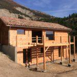Fin de construction d'une maison sur deux niveaux à Aspres